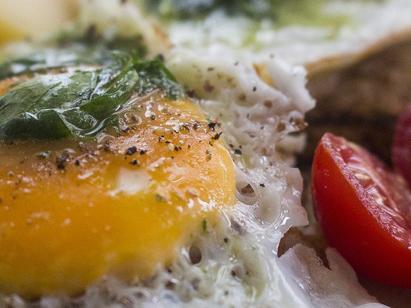 Jaja na tostu s prelivom od peršuna
